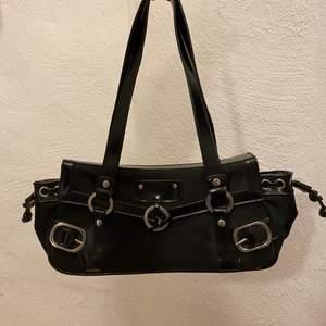 säljer denna assnygga väska då jag har för många och den tyvärr inte kommer till användning. köptes second hand för 200kr men i nyskick. 75kr+frakt eller bud