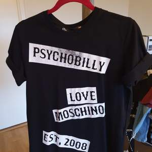 Supersnygg tshirt från märket love moschino storlek medium