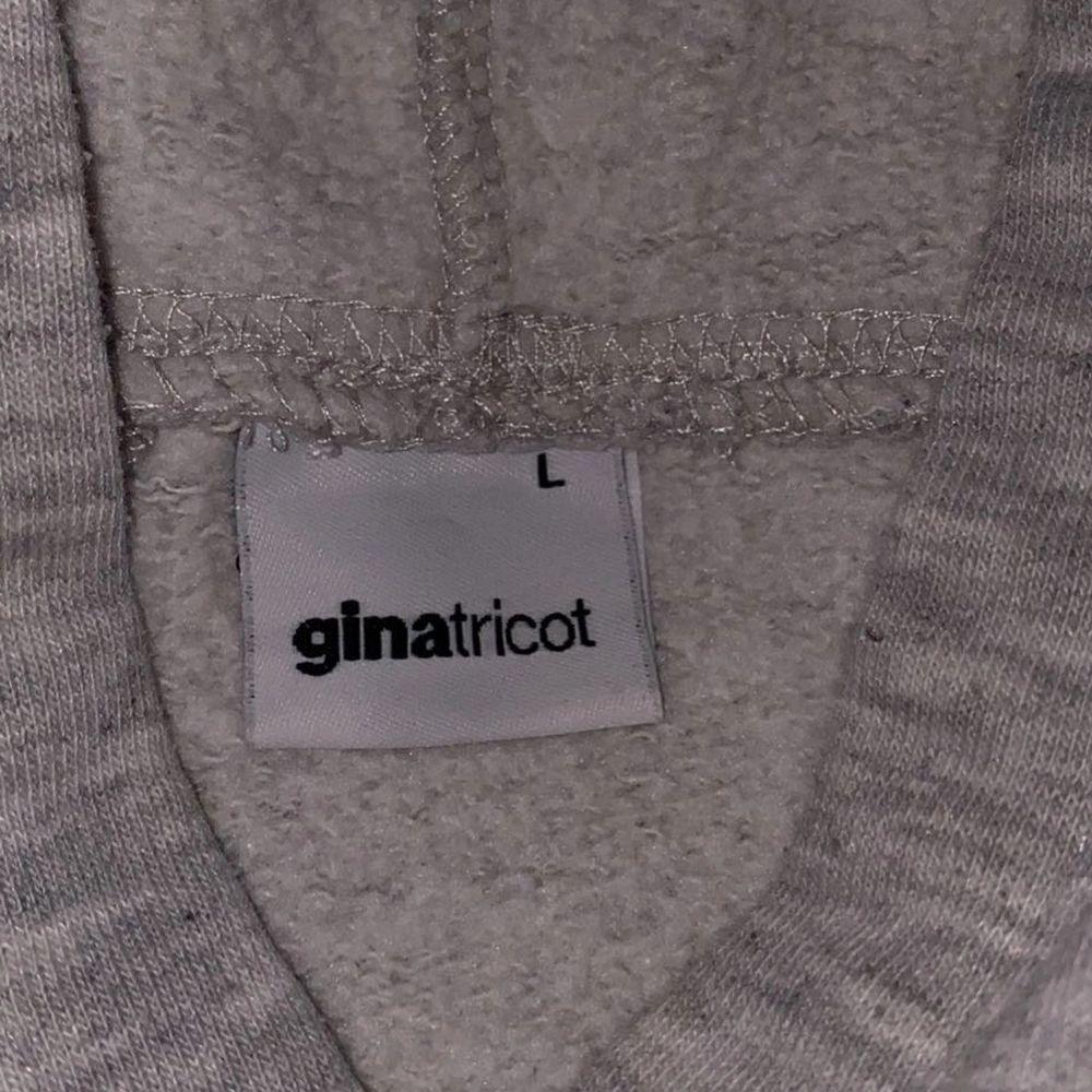 Superfin grå hoodie från gina tricot. Storlek L. Om du köper denna och minst tre andra grejer från min sida står jag för frakten 🤩. Huvtröjor & Träningströjor.