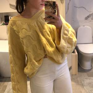 Så fin stickad tröja men som tyvärr bara hänger i garderoben. Den är i storlek XL men jag själv brukar ha S/M i tröjor, sitter som ett oversize plagg på mig. Starbud 129kr+frakt. Har du några frågor så är det bara att skriva!💕😊