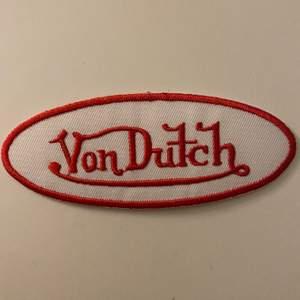 varit jätteosäker om jag ska sälja eftersom den är så pass limiterad .. 🥺 (därav priset) Men det är iallafall Von Dutch patch som kan fästas på kepsar, hoodies, t-shirts mm. Glansiga ytan baktill smältes till lim vid strykning (eftersom den är oanvänd så vet jag inte hur väl de fäster. Rekommenderar därför också textillim som finns på ex dollarstore) 🛸 Köptes exklusivt av en 00's samlare för några år sedan 🍕 Fraktkostnad: 15kr (b:103mm h:40mm)