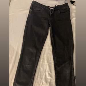 Säljer dessa låg midjade från Levis. Svin snygga med låg midjade jeans är inte riktigt min stil. Skriv till mig om ni har några frågor eller skulle vilja ha några bilder på jeansen. Lite slitna  💕💕