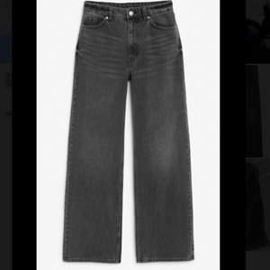 Superfina mörkgråa jeans i modellen Yoko från monki! Säljer då de är lite små för mig. Helt Oanvända men tyvärrr tog jag bort lappen och kan därför inte skicka tillbaka dem. Liiite korta för mig som är 175 men det funkade ändå. Nypris - 400kr
