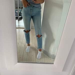 Säljer dessa jeans från Gina Tricot. Det står att de är i storlek 40, men skulle absolut säga att de snarare är 36. Ett av hålen jag jag klippt själv. Betalning sker via swish och köparen står för frakten! Hör av dig om du är intresserad💖