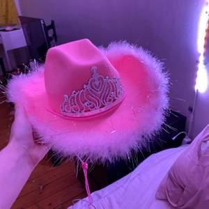 Cowboy hatt ja inte längre vill ha lol. Väldigt fint skick och använd en gång. Det är bud som gäller! Köpare betalar frakt ☺️