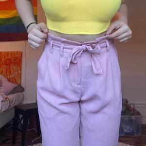 Ett par skit fina rosa kostymbyxor med ett sött band till, kommer tyvärr inte till användning💖 dem användes väl för ca 2 år sen, sedan dess var dem bara legat och samlat damm färgen syns bästa på sista bilden💕 du betalar frakt📦