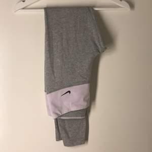 Säljer ett par jätte fina och bekväma gråa träningstights ifrån Nike i storlek xs. Använda ett flertal gånger men i bra skick.