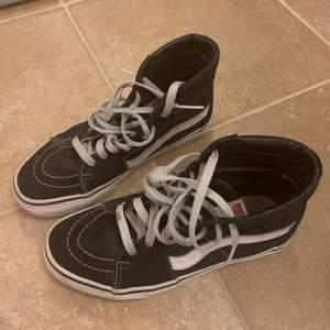Säljer mina svarta Vans sneakers, flitigt använda men fortfarande i bra skick. Storlek 37, nypris 900 kr säljer för 150 kr inklusive frakt ⭐️