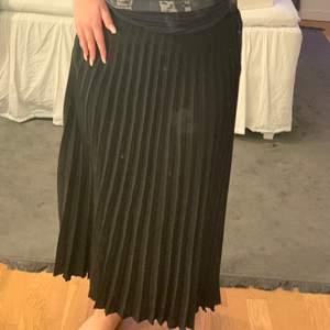 Kjolen är ner till anklarna på mig och är 160 lång☺️ aldrig andvänd, jättefin och skönt luftigt matrieal