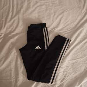 Adidas tränings tights, jättefint skick 💞barnstorlek M, men passar XS