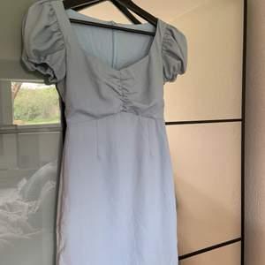 En ljusblå klänning från märket glamorous, köpt på zalando. Den är för stor på mig och kommer därför inte till användning. Använt den 2 gånger och köpt för 2 somrar sen. Köpare står för frakt
