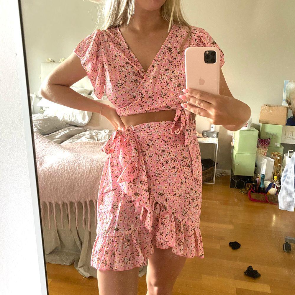 Säljer mitt helt nya oanvända matchande det, bestående av en topp och en kjol! St M, frakt tillkommer! Budgivning vid stor intresse🌸 KRAM på er . Klänningar.