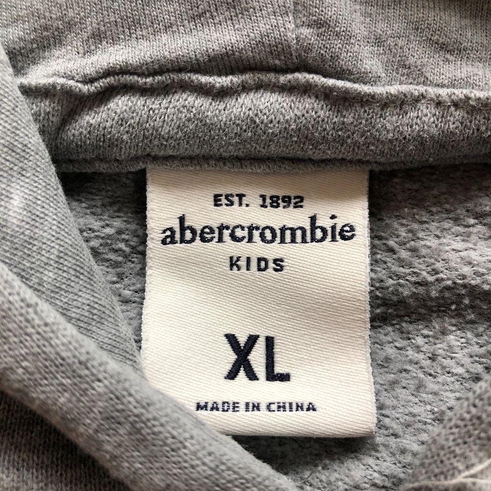 Hoodie från abercrombie & Fitch, står storlek XL i kids, men det motsvarar en XS/S i vanlig storlek. . Huvtröjor & Träningströjor.