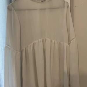 Fin vit blus från Bikbok, jätteskönt och luftigt material. Fina detaljer runt kragen