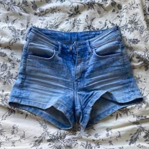 Ett par stretchiga klarblå shorts köpta när jag var liten i strl 32 från H&M (skulle säga mid-waist) Tyvärr för små för att visa på. Bra kvalité och inga fläckar. Pris kan diskuteras.