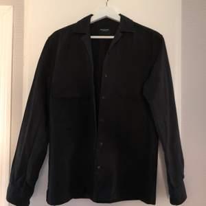 Skjortjacka med en något lös passform. Använd 3 gånger. Fint skick