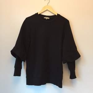 Svart sweatshirt från Carin Wester (innan Åhléns köpte upp märket). Storlek XS men oversize. Speciell design på ärmen som gör tröjan till något extra.