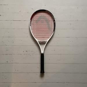 Säljer mitt tennis rack, är ett junior racket och säljer pågrund av att jag fått ett nytt. Väger 250g, längd 660mm. Det har röda senor och är annars vitt och svart. Kontakta mig vid intresse eller om du har några frågor💜