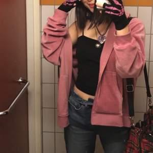 Sjukt snygg rosa hoodie, jävligt skön material o väldigt mycket y2k vibes💕. Storleken e XXL o för referens är jag XS.   Kan mötas upp i GBG☺️.
