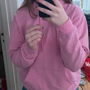 En rosa hoodie som jag köpt på carlings, bra skick. Jag har inte använt den jättemycket. Priset är 150kr + frakt.