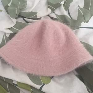 Supersöt fluffig rosa bucket hat. Säljer då den aldrig kommer till användning längre. Den ör i mycket bra skick