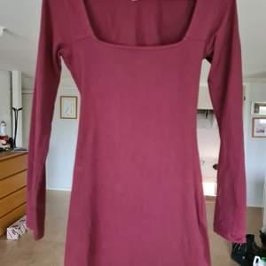 Vinröd figurnära klänning ❤ Använd en gång                             Nypris: 299 kr! Och finns inte i sortimentet längre. Skriv för fler bilder.                                                                           Köparen står för frakt.