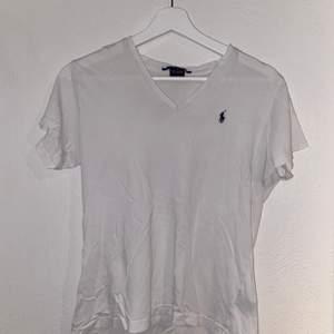 """Vit Ralph Lauren t-shirt med """"V-neck"""" i storlek M. Bra skick och sparsamt använd."""