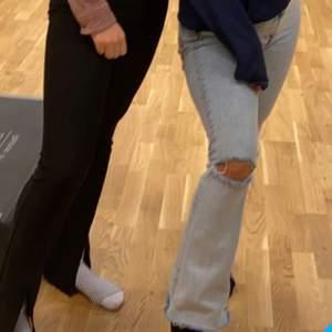 Säljer nu mina jättefina jeans från BIK BOK (original pris runt 600) som jag tycker om som bara den. Dock så är de väldigt mycket för långa för mig så det är lite jobbigt för mig att sälja dom. De är i ett jättefint skick och har Inga fel. Priset kan diskuteras!