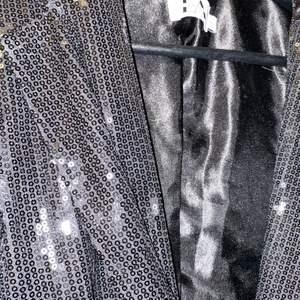 Fin klänning/kavaj från Linn ahlborgs kollektion, storlek 36 men passa mig som är en 38 oxå! Endast använd en gång! Underbar till nyår.