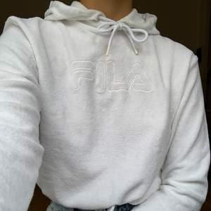 Croppad hoodie från Fila i frottématerial. Sparsamt använd så i fint skick! +66kr frakt