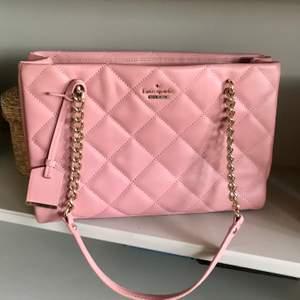 Äkta Kate Spade handväska inköpt på bloomingdales i usa 2018 för 5800:-. Använd vid 2 tillfällen, felfri. Det lilla blocket tillkom vid köp, visar på äkthet. OBS! Äkta läder