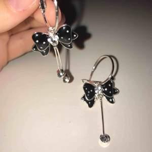 Ett par örhänge som aldrig blivit använda, väldigt söta och i nyskick. Frakt inräknat i priset.