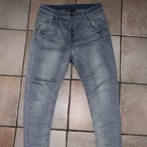Boyfriend jeans från Ellos i storlek 28/32! Säljes pga används inte längre. Kan mötas upp i Stockholm annars står köpare för frakt!