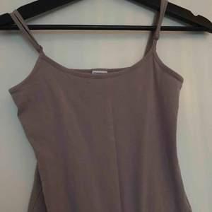 Använd fåtal gånger, jätte fin lilagrått linne. Adjustable band!✨✨