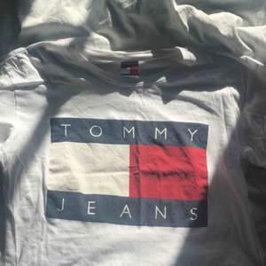 Snygg och populär Tommy hilfiger t-shirt. Använd cirka 5 gånger. Bra kvalitet. Nytt pris 549kr