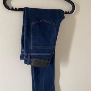 Säljer pojkvännens jeans då han har vuxit ur dem, dem är sparsamt använda & fortfarande i nyskick. Cheap Monday jeans, storlek 31/30 slimfit. Nypris: 64€ ( 648 ). Skulle funka på en tjej med storlek S också. Vårt pris 400:- & frakt tillkommer!