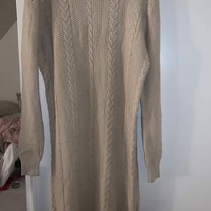 Jag säljer en lång stickad klänning med polokrage eftersom att den bara har suttit i min garderob och inte används. Har haft på mig den 1 gång bara så den är i nyskick.