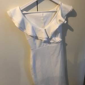 Superfin figursydd klänning ifrån Nelly i stl. Xs. Endast använd en gång och är i topp skick! Frakt ingår.
