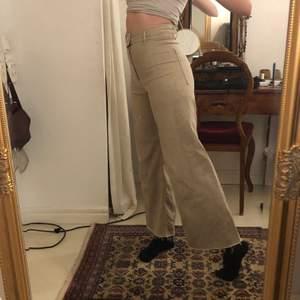 Beiga jeans från zara! Utsvängda/straight leg