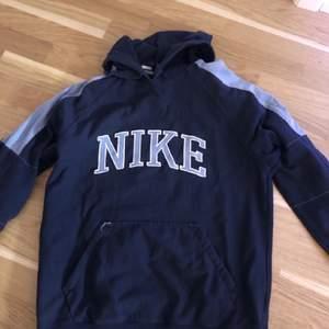 Snygg vintage hoodie från Nike, mörkblå med ljusblå text. Storlek M oversize. Frakt 66 kr 🌈✨
