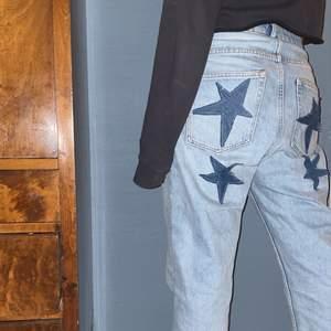 trendiga Jeans från weekday som jag har sytt på egna stjärnor på i annat jeansmaterial!! Jeansen är i modellen Voyage! (Bakfickorna är igensydda) Tar emot bud ifrån 200⭐️⭐️⭐️(KÖP DIREKT:500)