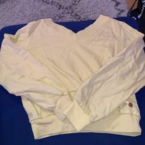 Säljer denna gula college tröjan från Lindex i storlek 158/164. Men passar som S/XS Säljer den för 80kr. Dma för bild hur den ser ut på