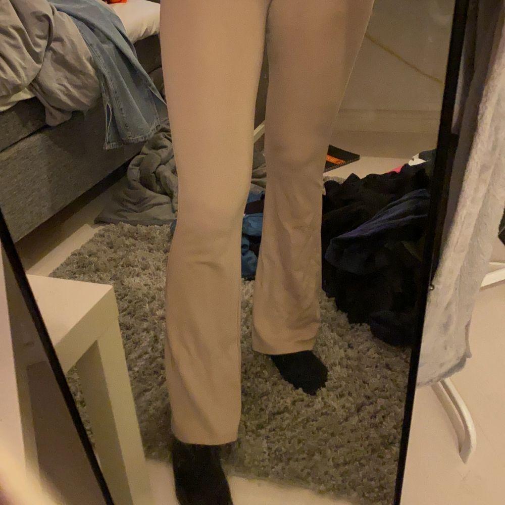 Supersköna bootcut/flare byxor från Gina Tricot i storlek S. Minns ej nypris men är relativt använda därav nån lös tråd. Skriv för fler bilder/info💕. Jeans & Byxor.