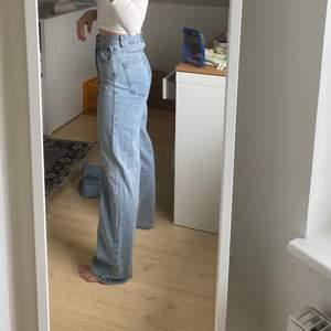 Vida/raka (?) jeans från Shein i storlek xs. Helt oanvända och säljes eftersom de är en bit för långa som ni ser 💜 Rekommenderar om man är där vid 162 cm ish. Kvaliteten är helt ok: billigare typ av knapp och dragkedja. Vet inte heller om det är något typ av produktionsfel baktill (bild 3. För mycket tyg), men syns princip inte 🌈 fraktkostnad: 69kr spårbar. Innerbensmått: ca 75 cm Ytterbensmått (notera att det är hög midja): ca 103 cm