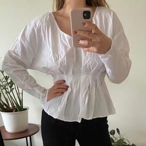 Snygg skjorta från NAKD i storlek 38, aldrig använd och med prislapp kvar. 150 kr inklusive frakt.