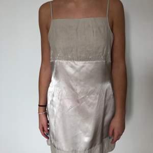 Söt klänning med slitsar på båda sidorna. Väldigt bra skick! (Står M men är egentligen en S/XS)