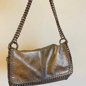 Guldig väska från Gina tricot😇 kan mötas upp annars står köparen för frakten💕 ❌ högsta bud 160kr (höj minst 10kr)❌