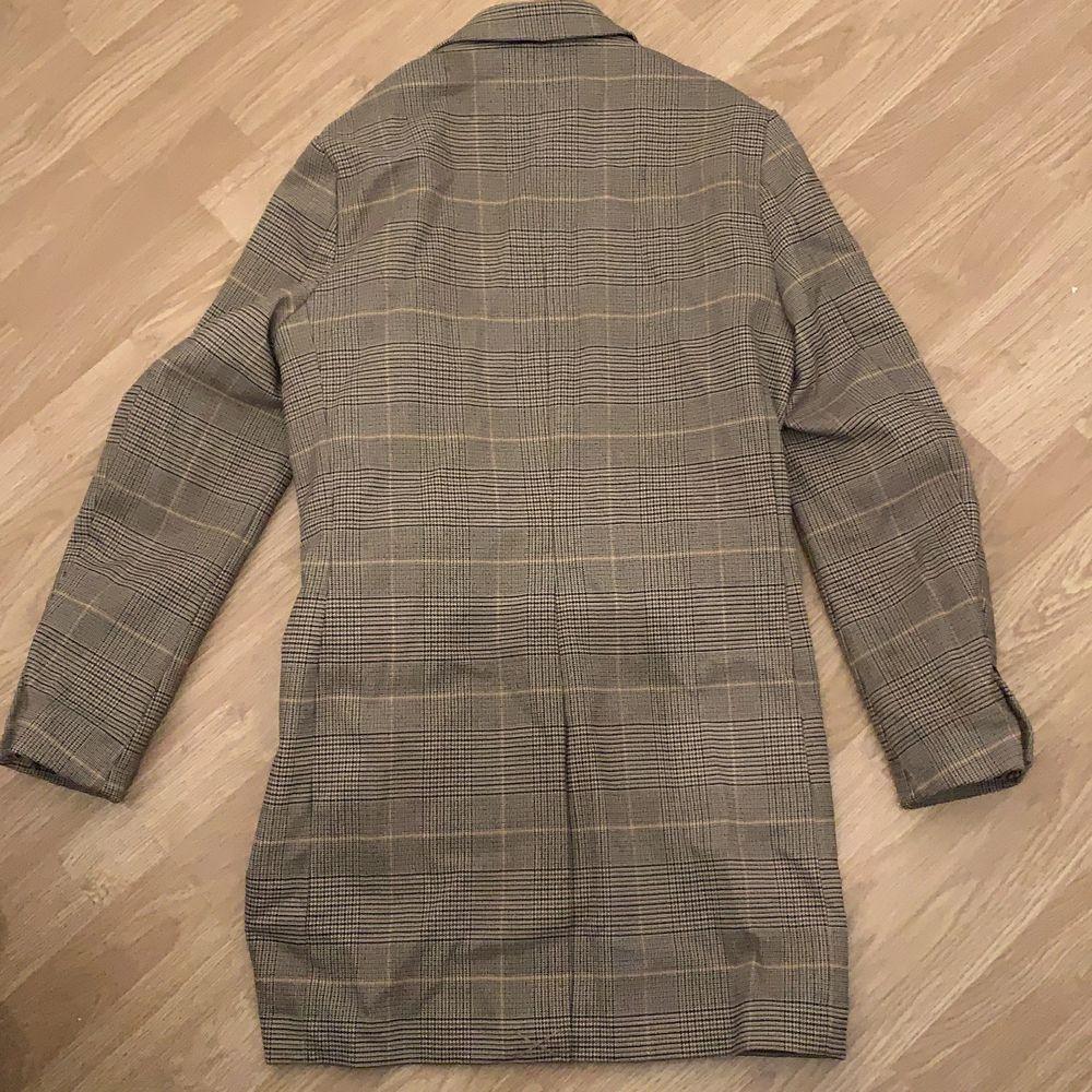 Detta är en mönstrig kappa från hm från män avdelningen men funkar att klä i för kvinnor också. Den funkar perfekt nu till våren. Jackor.