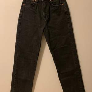 Säljer mina fina svarta 90's high waisted straight leg jeans, storlek 32 🖤 Perfekt längd för mig som är runt 1,60 - sparsamt använda, endast fåtal gånger. Köpte de för 600kr i somras men inte kunnat använda de mycket trots att ja gillar de. För mig har de blivit för små, därav jag säljer 💕