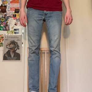 Ett par slim jeans från märket Crocker. Bra skick, inga tecken på användning utom en liten smiley ovanför knät på ena benet, syns knappt och är man lite quirky är det en fin detalj lol. Storlek 31/32
